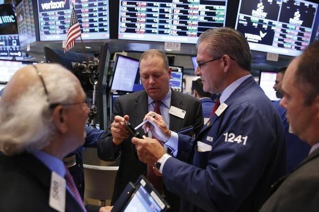 10月7日、ドル高と米金利上昇が、直近の市場で続いている。強めの指標を背景に年内の米利上げを見込む動きが活発化しているためだ。こうした中で米株は上昇基調を維持しているものの、さらに米金利が上がり出した場合、果たして持ちこたえることができるのか。仮に米株が下げ基調に転じると、リスクオフ心理が優勢になって対ドルで円高が進みかねない。写真はニューヨーク証券取引所、3日撮影(2016年 ロイター/Lucas Jackson)