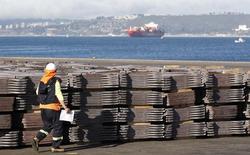 Un trabajador portuario revisa un cargamento de cobre que será exportado a Asia, en Valparaíso, Chile. 25 de enero de 2015. Chile anotó un superávit comercial de 146 millones de dólares en septiembre, apoyado en exportaciones lideradas por el cobre que mostraron un desempeño levemente mejor que en meses previos, según datos difundidos el viernes por el Banco Central. REUTERS/Rodrigo Garrido