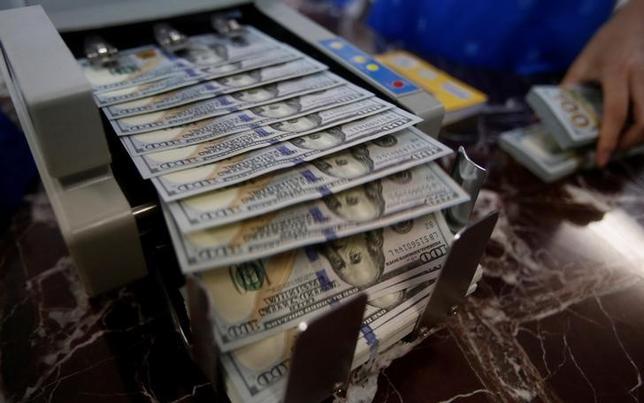 10月7日、9月米雇用統計を受け、午前のニューヨーク外為市場はドルが軟調となった。写真はドル紙幣。ハノイの銀行で5月撮影(2016年 ロイター/Kham)