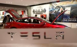 """La fonction de pilotage automatique de la Model S de Tesla représente """"un danger considérable de circulation"""", est-il écrit dans un rapport interne du ministère allemand des Transports, dont le magazine Der Spiegel a eu connaissance. Par exemple, le conducteur n'est pas prévenu par le système de pilotage automatique lorsque le véhicule se retrouve dans une situation que le logiciel ne peut pas régler. /Photo d'archives/REUTERS/Kim Kyung-Hoon"""