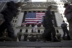 La Bourse de New York a fini en baisse vendredi, pénalisée par les chiffres inférieurs aux attentes de l'emploi aux Etats-Unis en septembre et par la baisse marquée de la livre sterling, qui ravive les craintes liées au Brexit. /Photo d'archives/REUTERS/Carlo Allegri