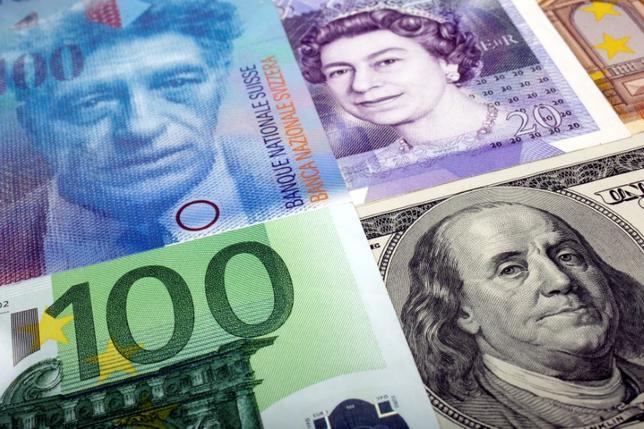 終盤のニューヨーク外為市場では、ドルが下落。写真は2011年1月、ドル、ポンド、スイスフラン紙幣などを撮影(2016年 ロイター/Kacper Pempel/Illustration/File Photo)