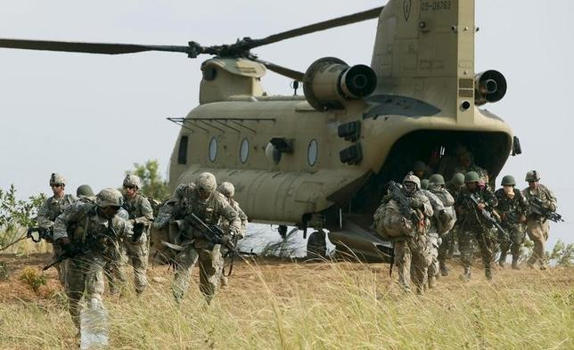 U.S. soldiers of 2nd Stryker Brigade Combat Team disembark from a U.S. military helicopter CH-47 as they take part in the annual ''Balikatan'' (shoulder-to-shoulder) war games with Filipino soldiers at a military camp, Fort Magsaysay, Nueva Ecija in northern Philippines April 20, 2015.  REUTERS/Erik De Castro
