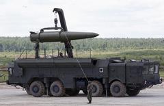 """Российские военные готовят тактическую ракетную систему """"Искандер"""" к показу на международном военно-техническом форуме в Кубинке под Москвой 17 июня 2015 года. Россия в субботу объяснила переброску способных нести ядерный заряд ракетных комплексов """"Искандер"""" ближе к ЕС учениями и сообщила, что специально продемонстрировала """"Искандеры"""" американскому разведывательному спутнику. REUTERS/Sergei Karpukhin"""