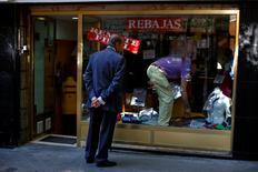 Un hombre mira un escaparate en una tienda de ropa en Madrid. 31 julio 2013. El ministro de Economía en funciones, Luis de Guindos, dijo el sábado que la economía española podría crecer este año por encima del 3,1 por ciento previsto por el Fondo Monetario Internacional (FMI). REUTERS/Susana Vera