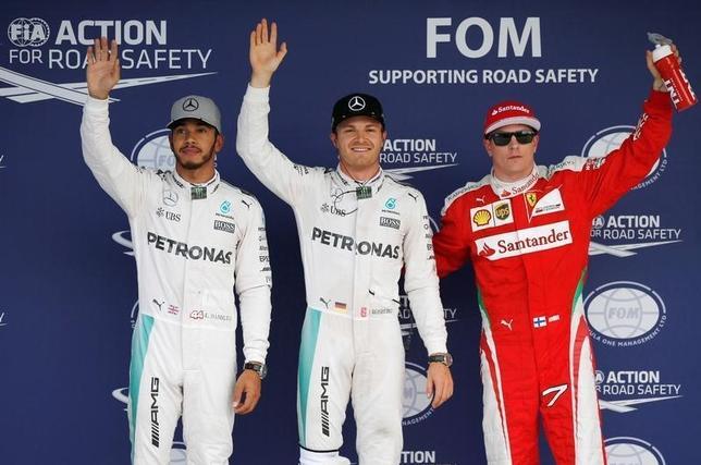 10月8日、自動車レースF1、今季第17戦の日本GP公式予選、総合首位のニコ・ロズベルク(中央)が通算30回目のポールポジションを獲得した(2016年 ロイター/Toru Hanai)