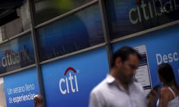 Citigroup acordó vender su negocio minorista en Argentina a Banco Santander Río por una suma que no fue revelada, un día después de vender algunos de sus activos de banca minorista en Brasil a Itaú Unibanco Holding SA. En la imagen de archivo, se ve pasar a la gente ante una sucursal de Citibank en Buenos Aires, el 19 febrero 2016. REUTERS/Marcos Brindicci
