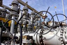 Сотрудник проверяет вентиль трубопровода на НПЗ Аль-Шейба в Басре, Ирак. Министр нефти Ирака призвал работающих в стране производителей нефти и газа продолжать наращивать добычу в следующем году, сообщило в воскресенье министерство нефти Ирака. REUTERS/Essam Al-Sudani/File Photo