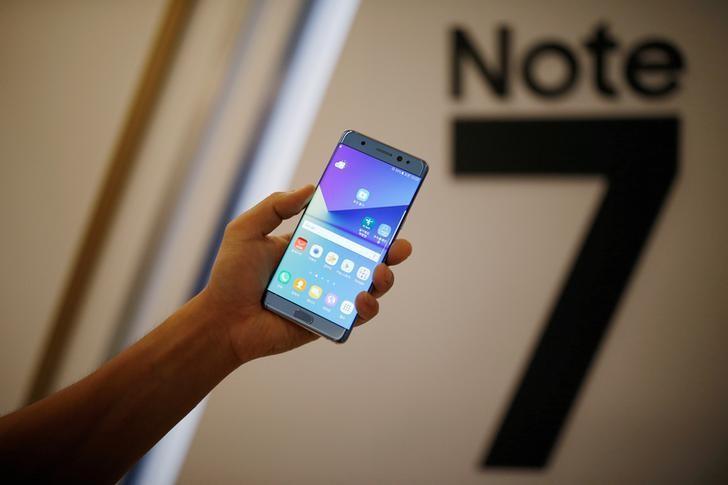 图为三星电子的盖乐世Note7。韩国媒体周一称,三星电子已暂停生产盖乐世Note7智能手机,此前有报导称更换后的手机起火。REUTERS/Kim Hong-Ji