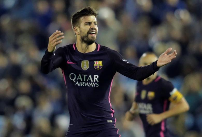 Football Soccer - Spanish Liga Vigo - Celta Vigo v FC Barcelona - Balaidos, Vigo, Spain - 02/10/16 FC Barcelona's Gerard Pique celebrates his goal against Celta Vigo.  REUTERS/Miguel Vidal
