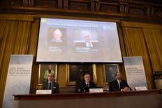 """Le comité pour le prix en sciences économiques a présenté lundi les lauréats du Prix Sverige Riksbank en sciences économiques en mémoire d'Alfred Nobel. Il s'agit des économistes Oliver Hart, d'origine britannique, et Bengt Holmström, d'origine finlandaise, """"pour leurs contributions à la théorie des contrats"""". /Photo prise le 10 octobre 2016/REUTERS/TT/Stina Stjernkvist"""