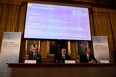 El británico Oliver Hart y el finlandés Bengt Holmstrom fueron galardonados con el premio Nobel de Economía de 2016 por sus contribuciones a la teoría de los contratos, ayudando a entender asuntos como los salarios basados en el rendimiento de altos ejecutivos. En la imagen, Tomas Sjostrom, miembro del Comité para el Premio de Ciencias Económicas en Memoria de Alfred Nobel, Goran K. Hansson, secretario general de la Real Academia Sueca de las Ciencias y Per Stromberg, presidente del Comité, durante una rueda de prensa para anunicar a los galardonados, en Estocolmo el 10 de octubre de2016. TT News Agency/Stina Stjernkvist/ via REUTERS