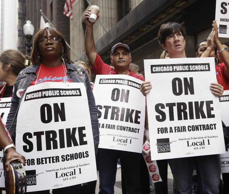 FILE PHOTO: Chicago Teachers Union members picket outside of the Chicago Public School headquarters on the fourth day of their strike in Chicago, Illinois, U.S. September 13, 2012.  REUTERS/John Gress/File Photo