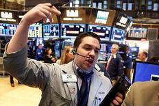 La Bourse de New York a débuté en hausse lundi, soutenue par le pétrole et par le soulagement des investisseurs suite au deuxième débat entre les deux principaux candidats à la Maison blanche, qui n'a pas remis en cause le scénario d'une victoire d'Hillary Clinton.  Quelques minutes après le début des échanges, le Dow Jones gagne 0,63%, à 18.356,23. /Photo prise le 6 octobre 2016/REUTERS/Brendan McDermid