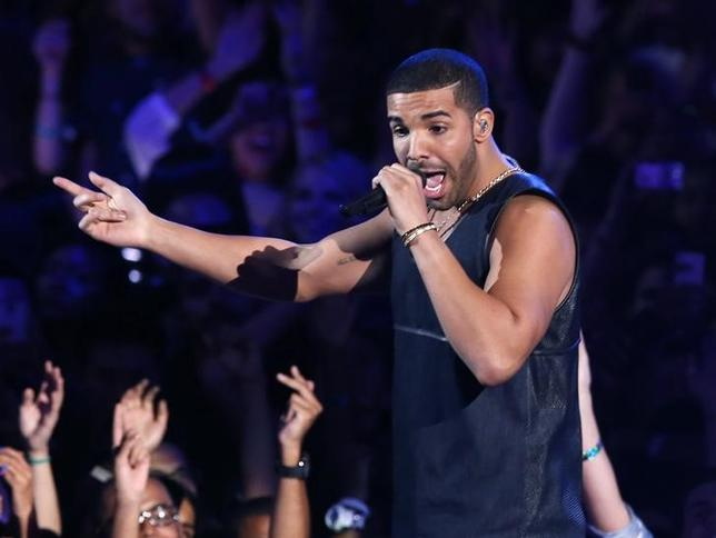 Drake performs ''Hold On, We're Going Home'' during the 2013 MTV Video Music Awards in New York August 25, 2013.   REUTERS/Lucas Jackson/Files
