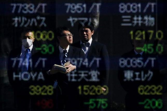 10月11日、今週の東京株式市場は、底堅い展開となりそうだ。9月米雇用統計が予想を下回る内容となりドル高/円安が一服。上値には慎重姿勢も広がりそうだが、米国の年内利上げ観測は根強く、米株市場の「適温相場」が日本株にも支えになるとみられる。都内で2月撮影(2016年 ロイター/Thomas Peter)