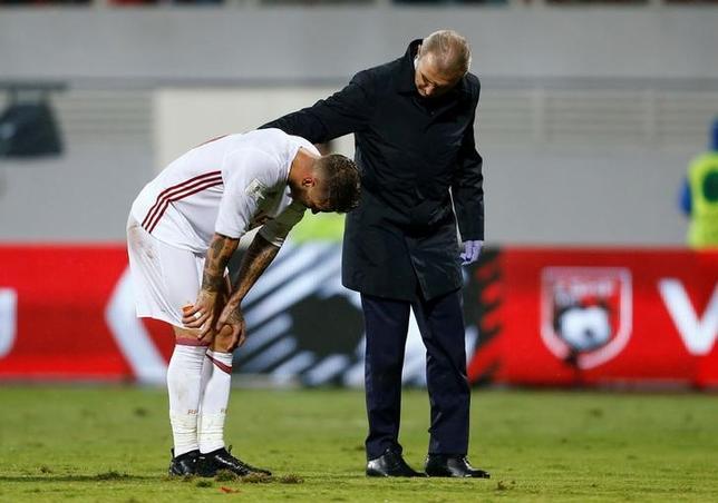 10月10日、サッカーのスペイン1部、レアル・マドリードの主将セルヒオラモス(左)が、ひざの負傷で長期離脱する可能性があるという。アルバニアで9日撮影(2016年 ロイター/Antonio Bronic)