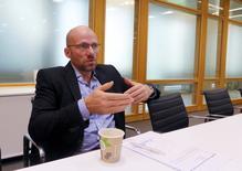 La repentina bajada de la libra el pasado viernes fue un movimiento de corrección que refleja las expectativas de la economía británica, dijo el martes a Reuters un alto cargo del fondo soberano noruego, el mayor del mundo.  En la imagen, Oeyvind Schanke, jefe de inversión para estrategias de activos de Norges Bank Investment Management (NBIM), durante una entrevista en Oslo, Norway, el 21 de junio de 2016. REUTERS/Joachim Dagenborg