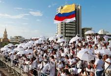 Personas se reúnen para la firma del acuerdo de paz entre las FARC y el Gobierno de Colombia, en Cartagena. 26 de septiembre de 2016.Las frondosas montañas de Cajamarca, disputadas años atrás por guerrilleros y paramilitares en el centro de Colombia, albergan uno de los yacimientos de oro más grandes de Latinoamérica, pero el proyecto amenaza con claudicar. REUTERS/John Vizcaino