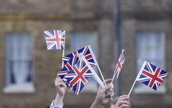 """Partidarios del """"Brexit"""" celebran con banderas del Reino Unido tras conocerse el resultado del referendo, en Londres. 24 de junio de 2016. Destacados banqueros advirtieron el martes que podrían empezar a trasladar personal al extranjero el año próximo si no hay claridad sobre si Reino Unido seguirá teniendo acceso al mercado único europeo cuando abandone el bloque. REUTERS/Toby Melville"""