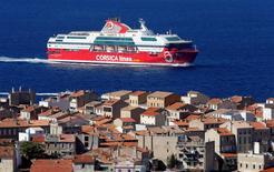 """La compagnie maritime Corsica Linea a dressé mardi un """"premier bilan positif"""" depuis sa reprise, début mai, des activités de l'ex-Société nationale Corse-Méditerranée (SNCM) et annoncé un résultat à l'équilibre pour 2016. /Photo prise le 3 octobre 2016/REUTERS/Jean-Paul Pelissier"""