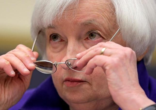 10月10日、主要中央銀行は金融政策にできることには限度があると繰り返しており、自らは身を引いて政府にバトンを渡すつもりのように聞こえるかもしれない。写真はイエレンFRB議長。ワシントンで9月撮影(2016年 ロイター/Joshua Roberts)