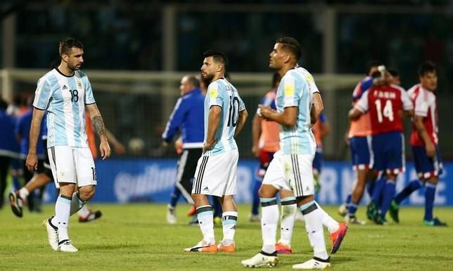 10月11日、サッカーの2018年W杯ロシア大会南米予選、アルゼンチンはホームでパラグアイに0─1で敗戦。写真は試合後のアルゼンチンの選手たち(2016年 ロイター/Marcos Brindicci)