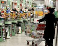 Les prix à la consommation ont diminué de 0,2% en septembre  sous l'effet notamment du repli des prix des services liés au tourisme à l'issue des vacances d'été. /Photo d'archives/REUTERS