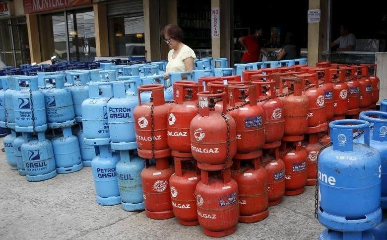 2016年3月1日,菲律宾首都马尼拉,一名女子在购买液化石油气(LPG)。REUTERS/Erik De Castro
