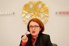Эльвира Набиуллина выступает на пресс-конференции в Москве. Глава Банка России Эльвира Набиуллина поддержала введение бюджетного правила, которое будет сдерживать укрепление реального эффективного курса рубля, вредного для конкурентоспособности экономики.  REUTERS/Maxim Zmeyev