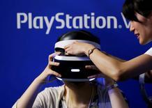 Sony lancera jeudi son casque de réalité virtuelle PlayStation VR, dont il espère faire un gadget indispensable pour les amateurs de jeux vidéo. Ce casque est le premier grand produit que lance le groupe d'électronique grand public depuis qu'il a annoncé en juin l'arrivée à terme de sa restructuration. /Photo prise le 15 septembre 2016/REUTERS/Kim Kyung-Hoon