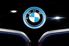 Логотип BMW на автошоу в Париже. Федеральное агентство Росстандарт получило  в среду информацию о добровольном отзыве немецким автопроизводителем BMW 33.026 автомобилей X3 F25 и X4 F26.  REUTERS/Benoit Tessier