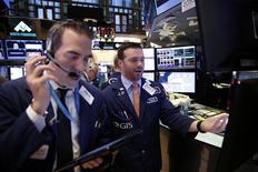 Operadores trabajando en la bolsa de Wall Street en Nueva York, oct  12, 2016. Las acciones en Estados Unidos cotizaban a la baja el miércoles debido a las pérdidas sufridas por las acciones de las empresas de tecnología y de energía.   REUTERS/Lucas Jackson