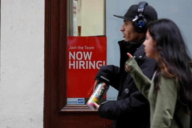 10月12日、米労働省が発表した8月の求人労働移動調査(JOLTS)によると、求人件数(季節調整済)は544万3000件で、前月比38万8000件減少、8カ月ぶりの低水準となった。求人率も3.6%と前月の3.9%から低下した。写真は5月10日、ニューヨークで(2016年 ロイター/Brendan McDermid)