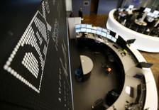Les Bourses européennes ont terminé en baisse mercredi, pénalisées par les valeurs technologiques après les résultats nettement inférieurs aux attentes publiés par le suédois Ericsson, qui s'ajoute aux premières publications décevantes à Wall Street. À Paris, le CAC 40 a terminé en repli de 0,44% (-19,5 points) à 4.452,24. Le Footsie britannique a cédé 0,66% et le Dax allemand 0,51%. L'indice EuroStoxx 50 a reculé de 0,42%, le FTSEurofirst 300 comme le Stoxx 600 de 0,47%. /Photo d'archives/REUTERS/Kai Pfaffenbach