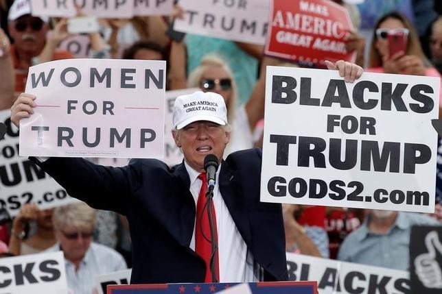 10月12日、米紙ニューヨーク・タイムズが、米大統領選の共和党候補ドナルド・トランプ氏(写真)に身体を触られるなどのセクシャルハラスメントを受けたとする女性2人の話を伝えたことを受け、トランプ陣営は記事は「作り話」と反論した。(2016年 ロイター/Mike Segar)
