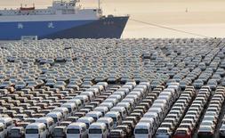 Las exportaciones chinas cayeron un 10 por ciento en septiembre respecto al mismo mes del año previo, una evolución mucho peor a lo esperado, mientras que las importaciones se contrajeron inesperadamente un 1,9 por ciento después de subir en agosto. En la imagen, coches chinos en el puerto de Dalian, China, el 15 de octubre de 2012.  REUTERS/China Daily/File Photo