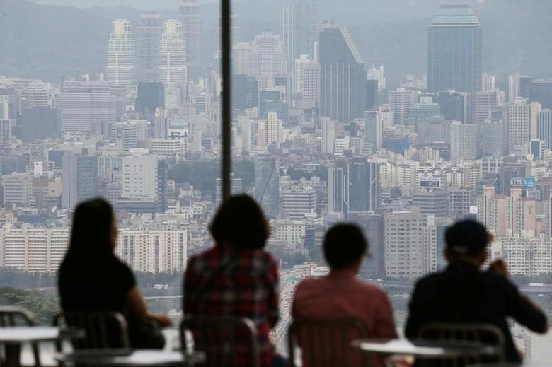 2016年8月30日,韩国首尔,人们在观景台观看首尔市容。REUTERS/Kim Hong-Ji