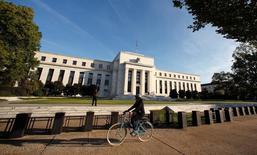 """Muchos responsables de la Reserva Federal consideraron que si la economía estadounidense se sigue fortaleciendo, un alza de los tipos de interés se justificaría """"relativamente pronto"""", según las actas del encuentro de la Fed en septiembre divulgadas el miércoles por la noche. En la imagen, una ciclista pasa por delante de la Reserva Federal de EEUU en Washington, el 12 de octubre de 2016. REUTERS/Kevin Lamarque"""