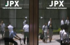La Bourse de Tokyo a fini en recul de 0,39% jeudi, pénalisée par le rebond du yen face au dollar et par les chiffres inférieurs aux attentes du commerce extérieur chinois en septembre. L'indice Nikkei a perdu 65,76 points à 16.774,24. /Photo d'archives/REUTERS/ Thomas Peter