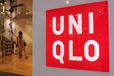 Магазин Uniqlo в Токио. Fast Retailing, японский оператор магазинов одежды Uniqlo, ожидает рекордную операционную прибыль по итогам 2017 финансового года, который завершится в августе, поскольку рост азиатского подразделения компенсирует вялый потребительский спрос на рынке внутри страны.  REUTERS/Toru Hanai/File Photo