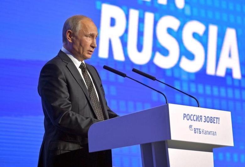 Президент России Владимир Путин выступает на инвестиционном форуме в Москве 12 октября 2016 года. Путин, повысивший ставки в дипломатическом споре с США так, что инвесторы и аналитики заговорили о рисках прямого вооруженного конфликта, в среду смягчил риторику, призвав к ''компромиссам'' и отказу от политики санкций, но отмахнулся от угроз Запада об уголовном преследовании за авиаудары в Сирии. Sputnik/Kremlin/Alexei Druzhinin/via REUTERS