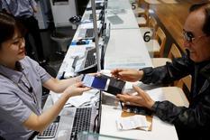 Un cliente cambia su celular Note 7 por un Galaxy S7 en la sede de la compañía en Seúl, Corea del Sur. 13 de octubre de 2016. Samsung Electronics ofreció este jueves incentivos financieros para los clientes en Estados Unidos y Corea del Sur que intercambien los teléfonos inteligentes Galaxy Note 7 por otros productos o pidan un reembolso, en un intento de reforzar su reputación tras una dañina crisis de seguridad. REUTERS/Kim Hong-Ji