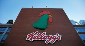 El logo de Kellog's en una de sus fábricas en Manchester, Reino Unido. 7 de marzo de 2016. Kellogg Co dijo el jueves que comprará Ritmo Investimentos, el accionista mayoritario del fabricante brasileño de galletas Parati Group, por aproximadamente 1.380 millones de reales (428,44 millones de dólares), buscando ampliar su presencia en los mercados emergentes. REUTERS/Phil Noble/File Photo