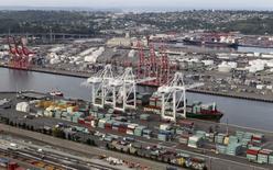 Imagen de archivo de contenedores y grúas en el puerto de Seattle, EEUU, ago 21, 2012. Los precios de las importaciones estadounidenses subieron en septiembre por aumentos en los costos del petróleo y otros bienes, lo que sugiere que la deflación en las compras al exterior se estaría aliviando.  REUTERS/Anthony Bolante