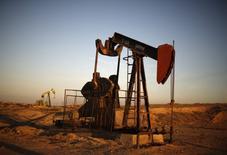Un balancín de extracción de crudo operando en Bakersfield, EEUU, oct 14, 2014. Los inventarios de petróleo en Estados Unidos subieron la semana pasada tras un recorte en la producción de las refinerías, mientras que las existencias de gasolina y destilados bajaron, dijo el jueves la gubernamental Administración de Información de Energía (EIA).   REUTERS/Lucy Nicholson