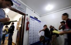 Pessoas preenchendo vagas de emprego em agência em São Paulo.   14/03/2016        REUTERS/Paulo Whitaker
