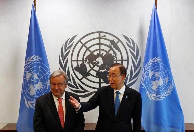 10月13日、国連総会は次期事務総長に元ポルトガル首相のアントニオ・グテレス氏(左)を任命した。潘基文事務総長(右)は2016年末に退任する。ニューヨークの国連本部で撮影(2016年 ロイター/Brendan McDermid)