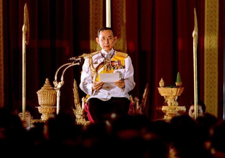 图为泰国国王普密蓬的资料图片。泰国王宫发表声明称,国王普密蓬周四在医院逝世,享年88岁。REUTERS/Apichart Weerawong