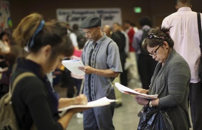 图为2012年5月资料图片,显示美国洛杉矶一次招聘会上求职者填写申请。REUTERS/David McNew